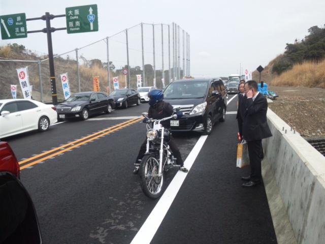 松井さん本人なの?との書き込みがありますので、ハーレーにまたがるは松井一郎・大阪府知事です!第二阪和国道・開通式にて