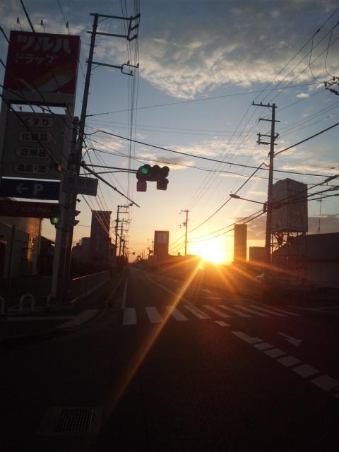 早朝からママチャリで走ってます!大阪維新の会市政対策委員会・和泉鳥取駅朝立のお手伝いです!
