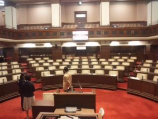 府庁にて、来客 議場見学 都道府県議会、現役の議場のなかでは、最古 国会議事堂よりも10<br />  年古い