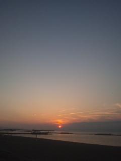 現在19:05<br />   暑い、熱い、アツい ので、これから海に飛び込みます!