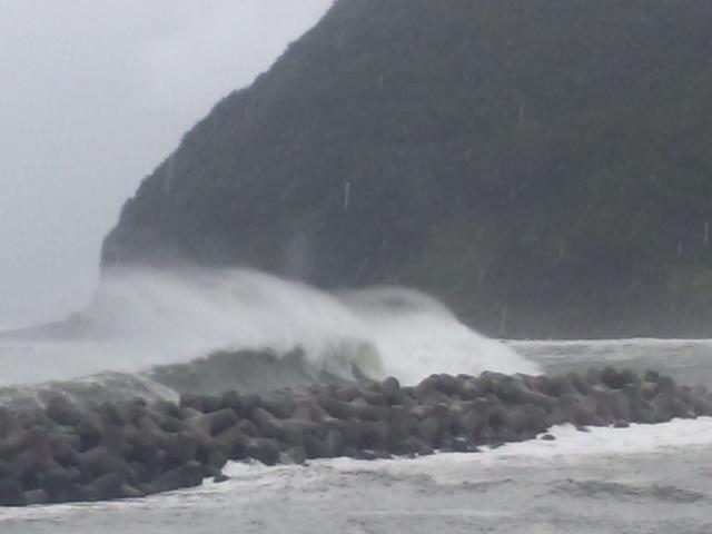 まだまだ、これからですね 台風5<br />  号 大阪湾の守護神の外側は、スゴいです!