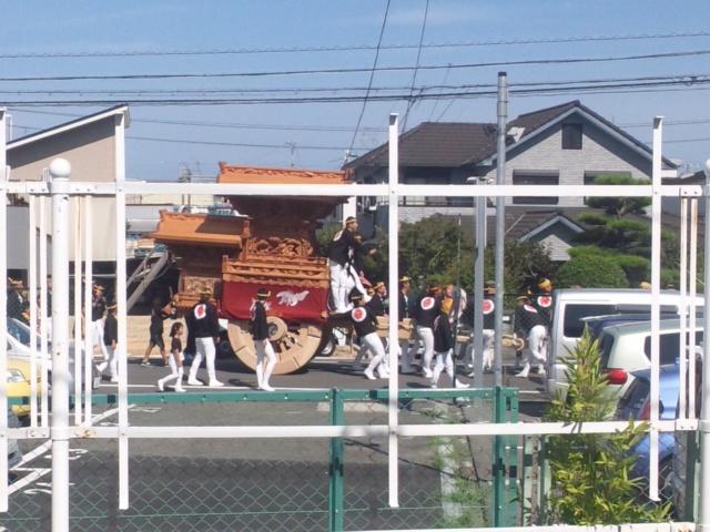 これから、関空へ、大阪泉州タオル130周年記念キャンペーンに 尾崎駅から太鼓に笛の音、やぐらが