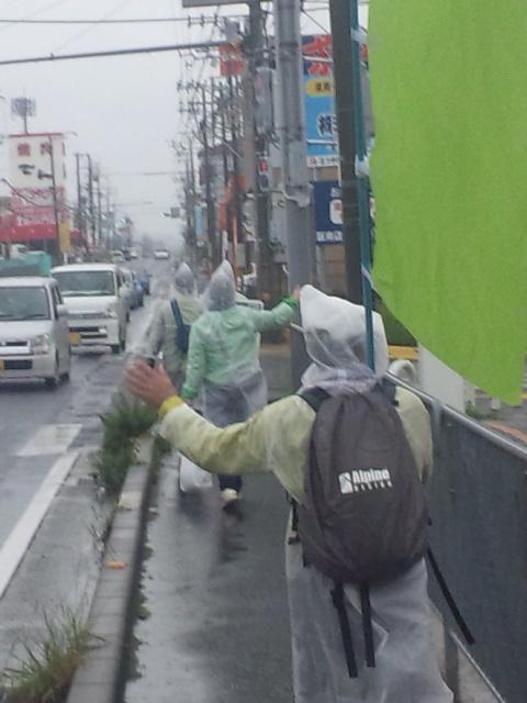大阪19区 丸山ほだかもみんなも、全員外に出て、雨に打たれてびしょ濡れになり活動!【衆院選2017<br />  最終日】