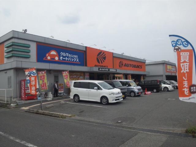 こちらのオートバックスは、手前の建物が田尻町、向こうの建物が泉南市