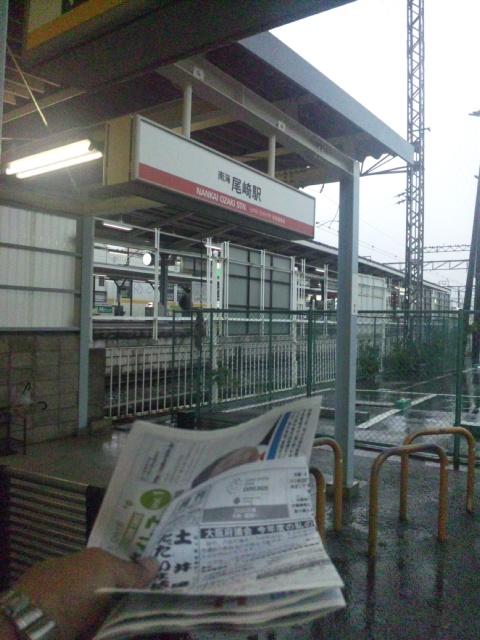 おはようございます!今朝は、尾崎駅・海手にて、「出張府政相談室(朝立)<br />  」です!激しい雨ですね