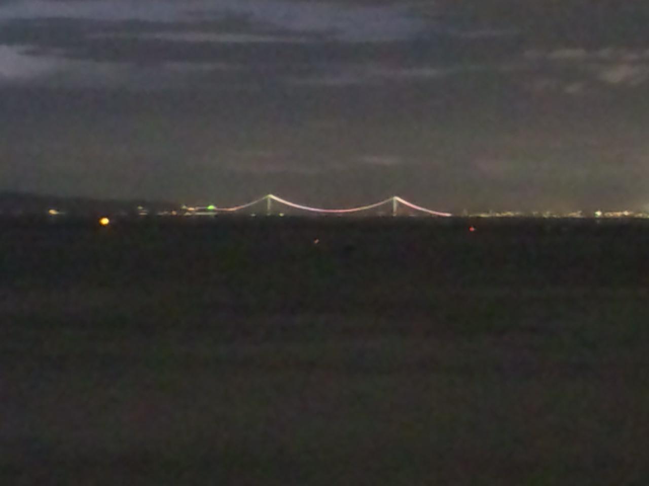 あれほど降ったので、空気が澄んで、冬のように明石大橋が見えている